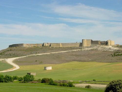 Urueña (Valladolid, España). Vista desde el sureste, con dos palomares en primer término. Autor de la imagen: Nicolás Pérez. Fecha: mayo de 2005.