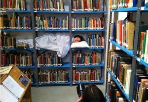 Durmiendo en la biblioteca