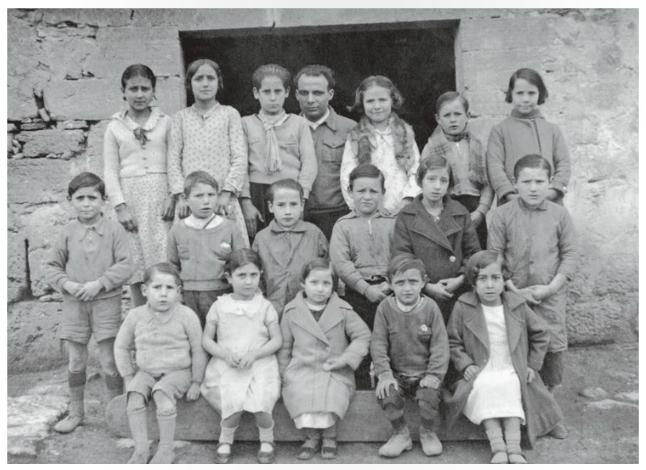 Antoni Benaiges y sus alumnos en la puerta de su Escuela en 1936