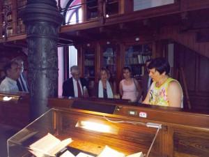 Entrega de la colección de D. José Fina Sureda a la BUZ. En la imagen, Mª José Yusta, Directora de la Biblioteca de la Facultad de Veterinaria, explica a los familiares y asistentes al acto, el valor de las piezas de la colección donadas a la BUZ
