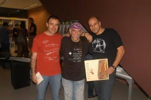 Juan Manuel García Cámara (a la izquierda), junto a Enrique Villareal, El Drogas, bajista y voz de Barricada (en el centro)