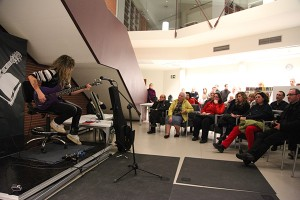 Una actuación en directo en la Biblioteca-Rockoteca de Peralta