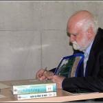 Jaume Porta firmando sus libros de Edafología de la Biblioteca de la EPS