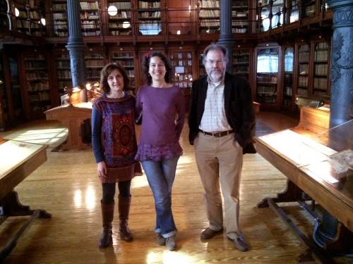 Célia G. entre Cristina Segui y Ramón Abad en la Biblioteca General (Paraninfo)