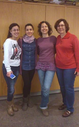 Célia G. en su visita a la Biblioteca de la F. de Economía y Empresa (de izquierda a derecha: Lidia Plumed, Reina Arcediano, Célica G. y Ana Mª Pons)