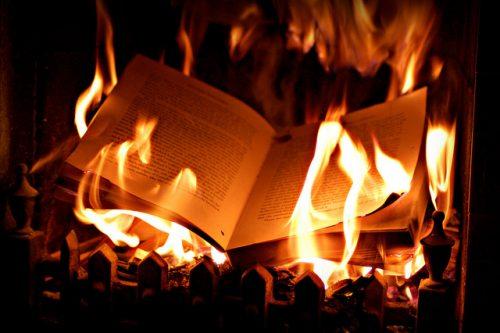Libros ardiendo