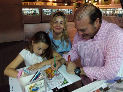 Público asistente a la Feria del Libro de Huesca 2016, coloreando las láminas de la Biblioteca de la Universidad de Zaragoza