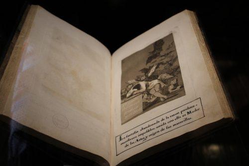 También ocupa un lugar destacado Los caprichos de Goya, de los que se sabe que es una de las primeras ediciones porque aún no posee los defectos de plancha que sí quedaron reflejados en las siguientes.