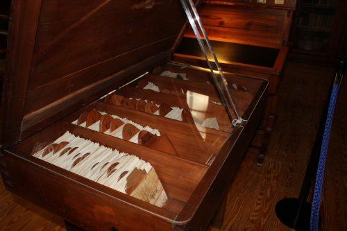 El primer libro en el que apareció la palabra Atlas del cartógrafo Gerard Mercator, donado por Rosa Berné, ocupa un lugar destacado http://prensa.unizar.es/notasprensa/anexos/0_IMG_3451.JPG así como el mueble de madera para fichas manuscritas, que ha sido restaurado para la ocasión.