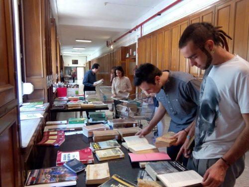 Rastrillo de libros para celebrar San Isidoro en la Facultad de Filosofía y Letras