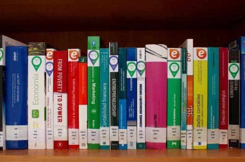 Tu bibliografía básica a dos pasos : Nueva señalización en la Biblioteca de la Facultad de Economía y Empresa (Paraíso)