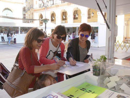 Coloreando nuestras láminas en la Feria del Libro de Huesca 2016