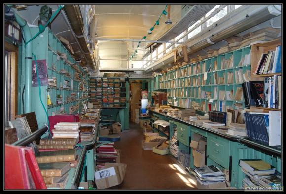 Biblioteca en un antiguo vagón de tren. Hamilton (Canadá)