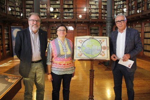 La vicerrectora de Política Científica, Blanca Ros; el director de la Biblioteca, Ramón Abad; y el presidente de la editorial M. Moleiro, Manuel Moleiro